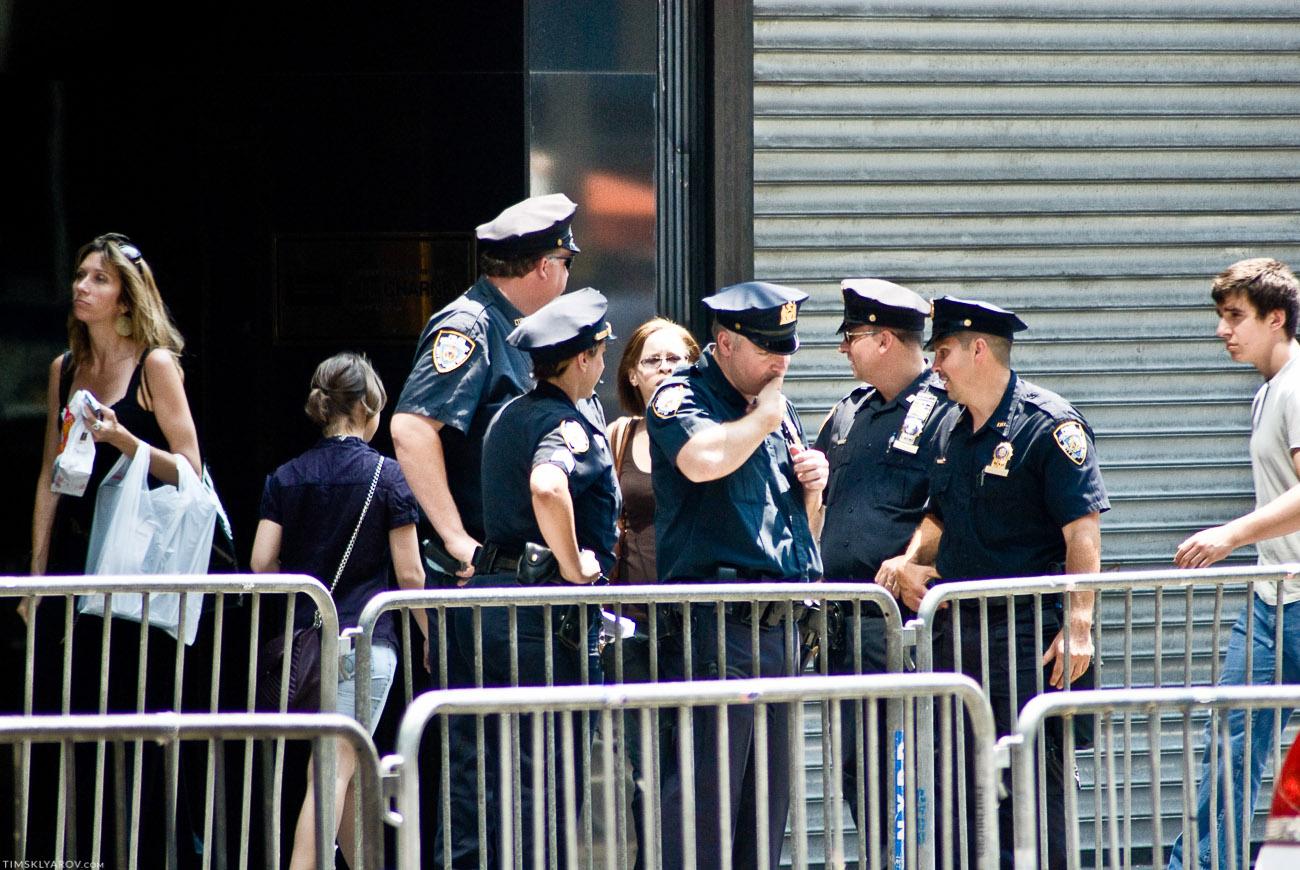 Полицейским тоже было крайне монопенисуально происходящее.