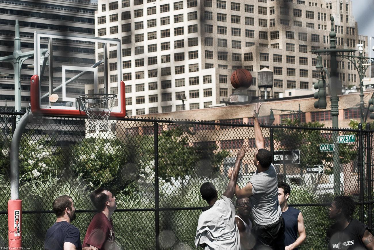 Ай, не сбылась мечта детства - поиграть в баскет с настоящим негром. Я в шлепках был.