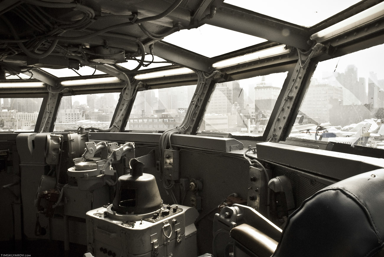 Капитанский мостик. Отсюда старший офицерский состав наблюдал как на них радостно летят камикадзе.