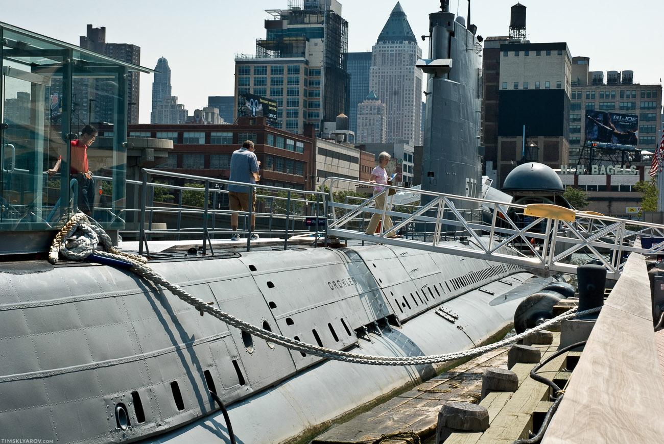 Рядом стоит еще дизельная подводная лодка Growler. Эта штука дежурила во времена холодной войны в северном-ледовитом океане. Чтобы значит если чо, то ядреную ракету по нам чтоб запустить. Отдежурила 6 лет и все. Потому, что пускать ракеты она умеет только из надводного положения, а это, извините пиздец. Тока всплывешь чтобы пульнуть - сразу же накроют. Потому списали.