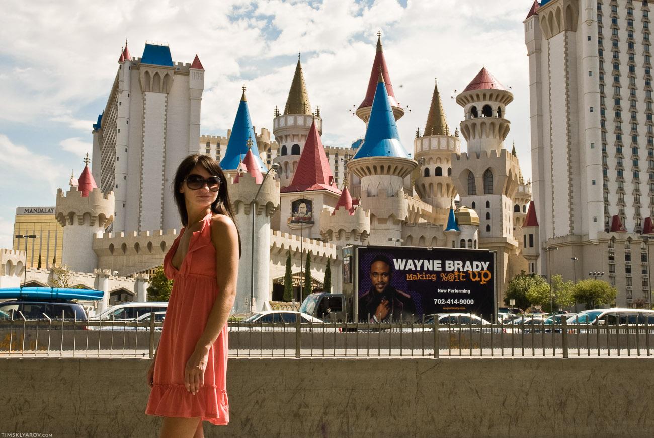 Wayne Brady как-бэ говорит нам, что отель за ним выглядит как-то не очень =)