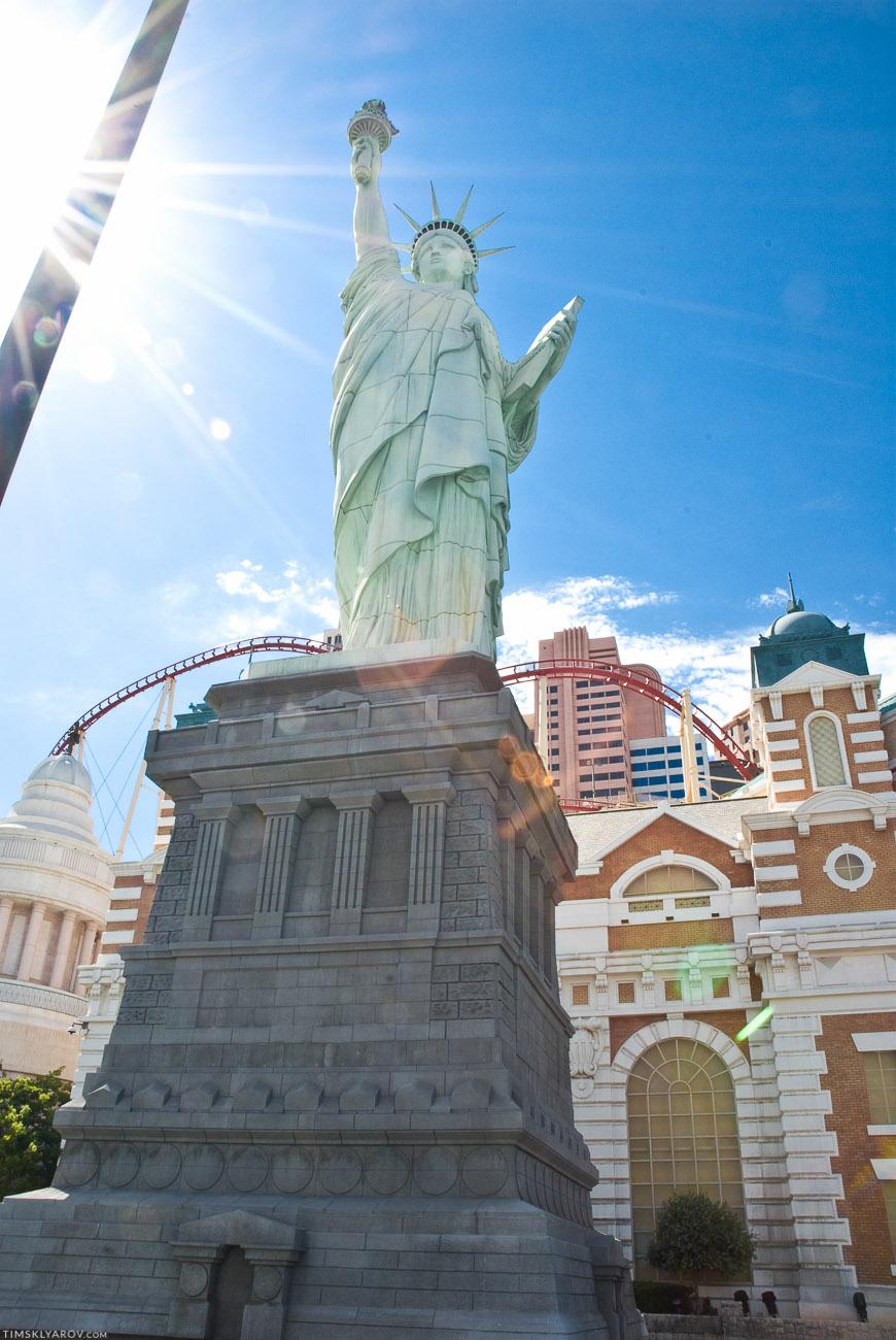 """Статуе Свободы явно не легко стоять в таком климате - две ее """"оригинальные"""" сестры все таки у воды стоят, а не в пустыне."""