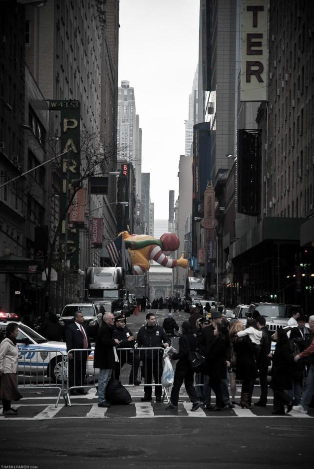 Рональдзилла пролетает по улицам ноябрьского нью-йорка. Парад в честь дня Благодарения. Тысячи людей, зрелища - ноль. Большие надувные игрушки целый день плывут по улицам. Все.