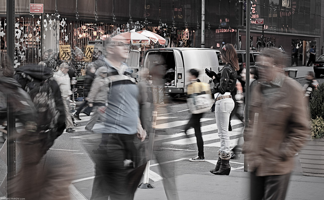 Все бежали, а она кого-то ждала, через каждые 30 секунд проверяя телефон.