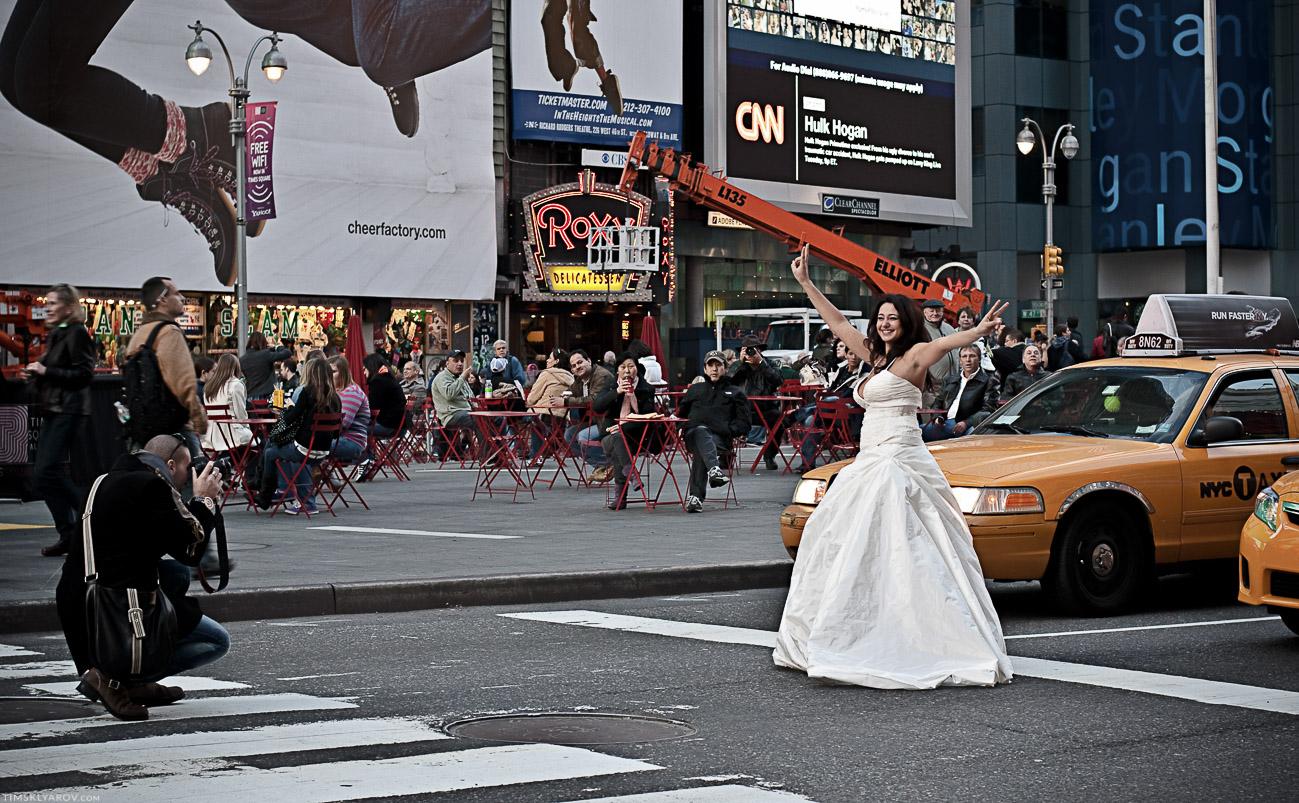 Невеста эта, собрала нехилое число зевак мужского пола. На следующей фотографии будет более понятно почему :))