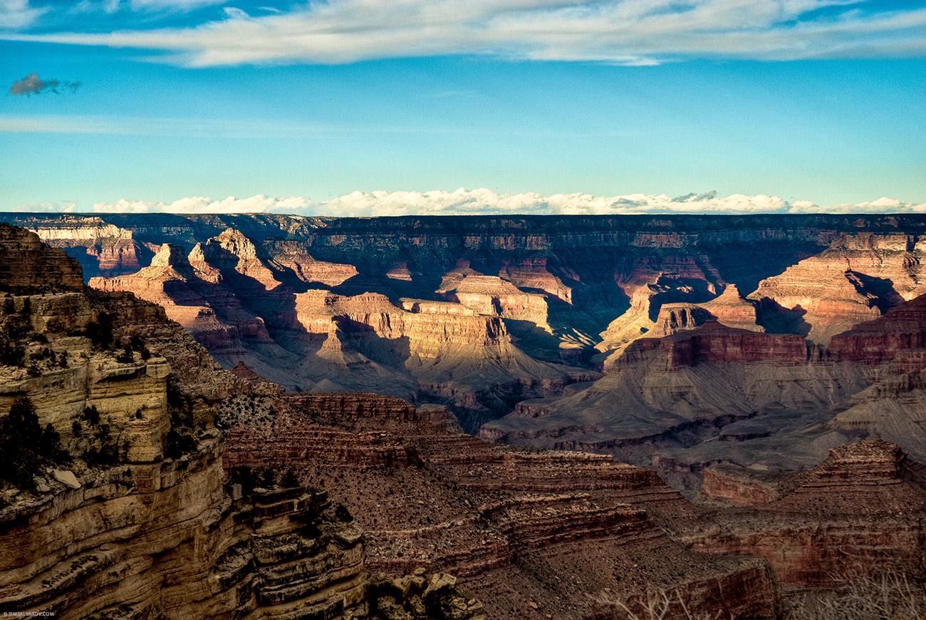 Около трех часов дня солнце засобиралось за горизонт. Ну и мы тоже стали торопиться. В поисках удачных мест для съемки пришлось очень быстро ездить вдоль каньона туда-обратно.