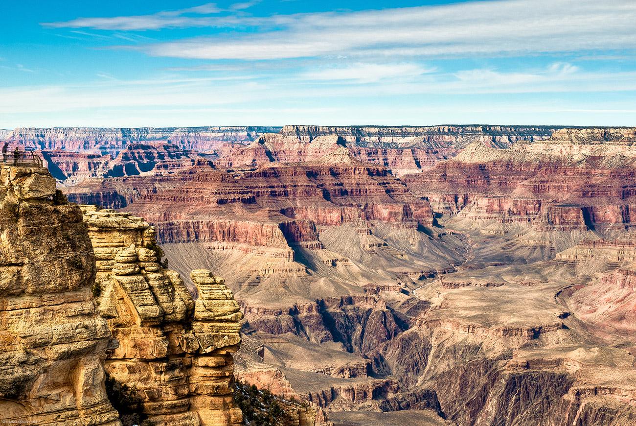 По прямой до северного края каньона - больше 10 миль. А по дороге 400.