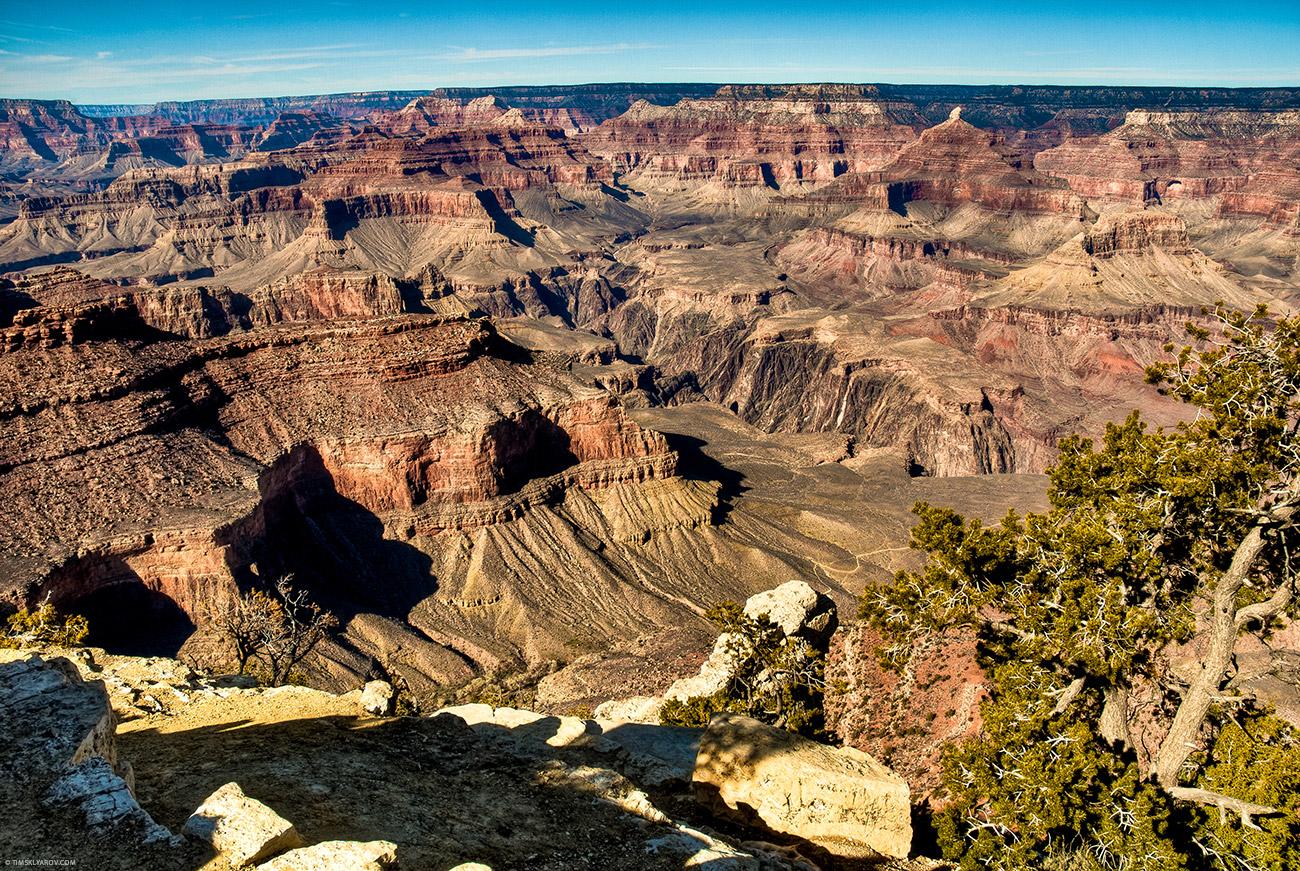 Если присмотреться к этой фотографии, то рядом с хвойным деревом, в самом низу каньона можно увидеть дорогу. Это к слову о масштабах.