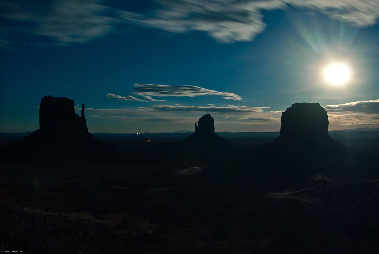 Да, на фотографии ночь. И светит не солнце, а луна. А выглядит так потому, что штатив и выдержка. Фотошопа нет.