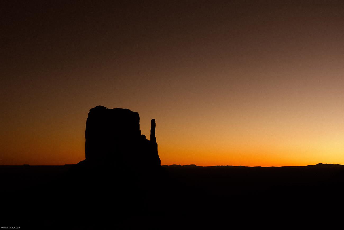 Перед тем как солнце появилось из-за горизонта все окрасилось в желто-оранжевый свет. Буквально секунд на 30.