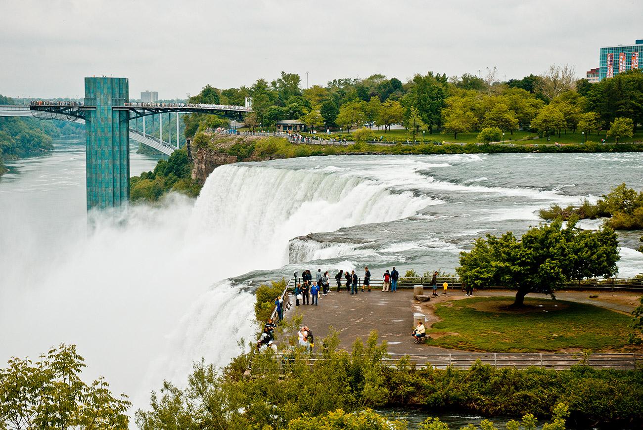 Водопады все - на омереканской стороне, потому вид козырный самый у канадцев. Чтобы хоть как-то спасти ситуацию американцы построили смотровую площадку.