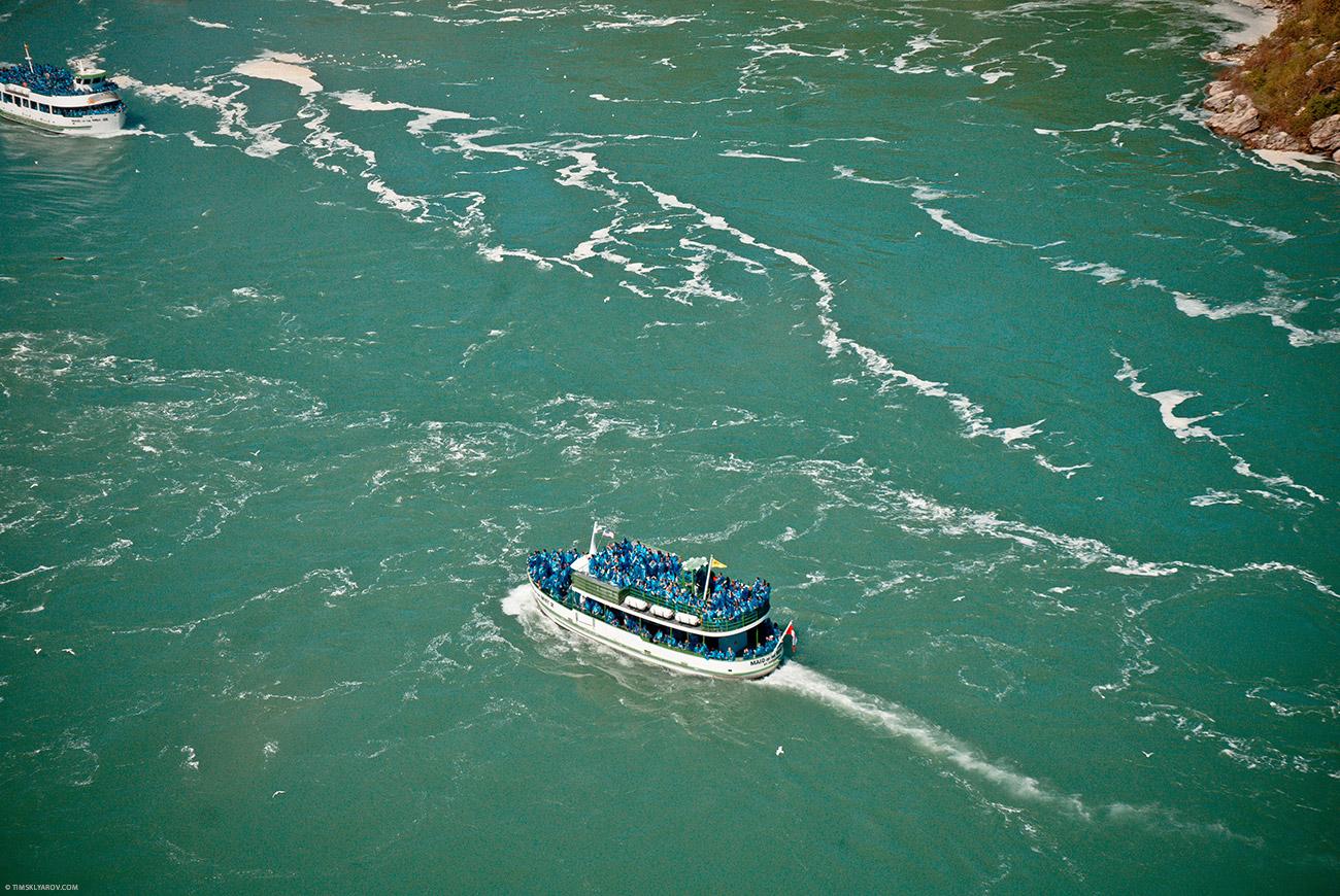 И пустили кораблик на котором можно всласть промокнуть и поглазеть на 280млн тонн ежесекундно падающей воды.
