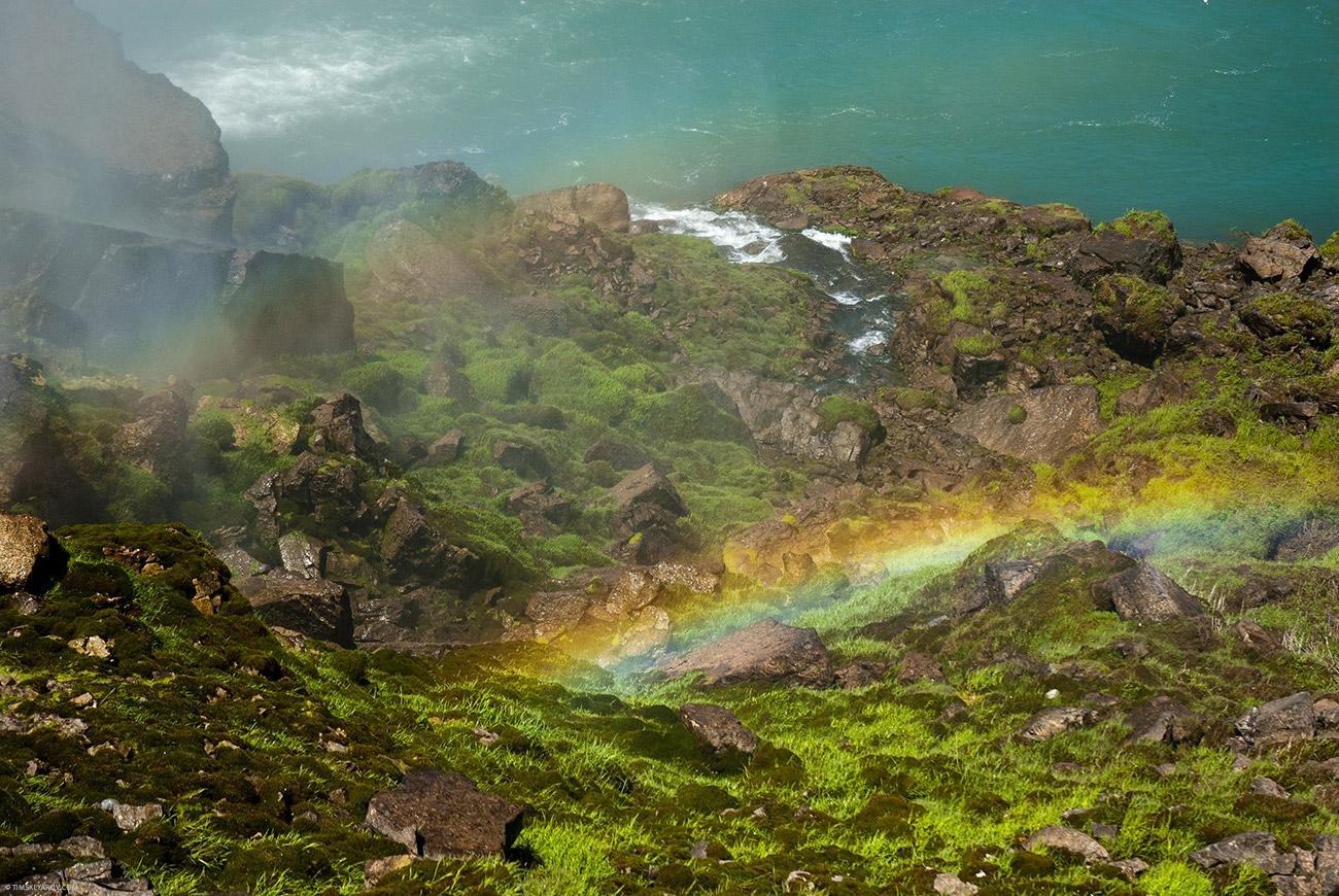 В воздухе стоит водяная взвесь - потому на солнце везде мерещится радуга. Точнее не мерещится - радуги там