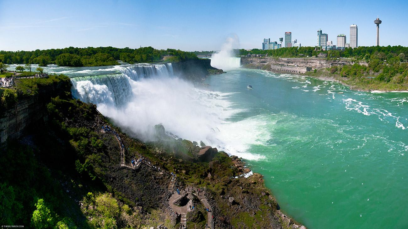 Слева - США, справа - Канада. Кликнув на фотографию можно посмотреть панораму.