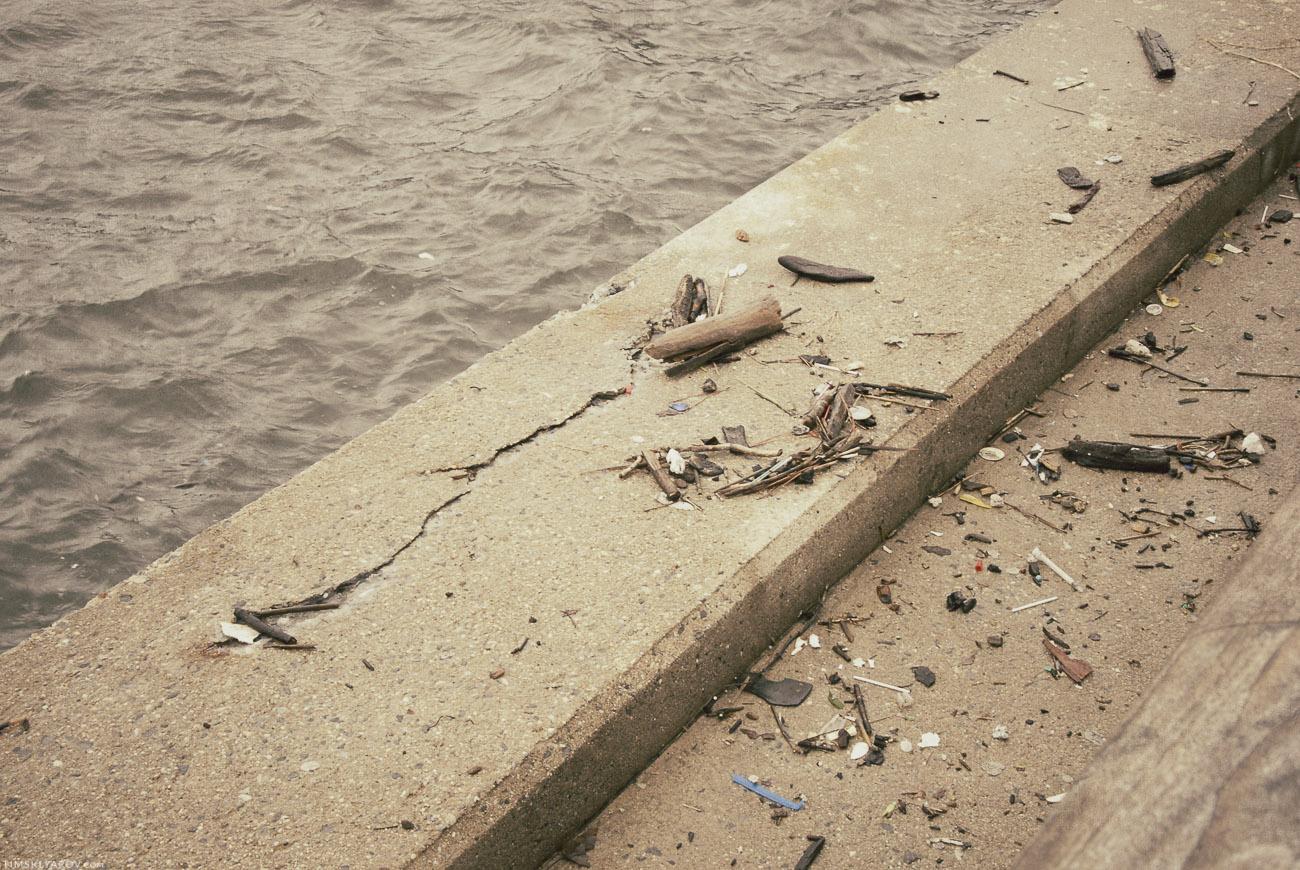 Мириады мусора заполонили прибрежную часть некогда красивого района.