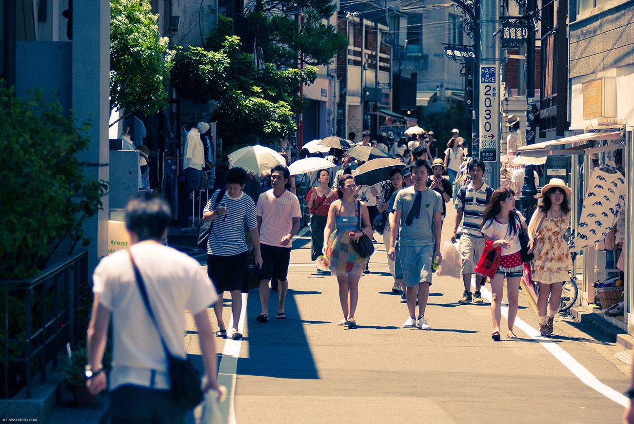 Жара в июльском Токио.. под 40 по цельсию. Но не такие 40 как в египте - а почти со 100% влажностью. По субъективным ощущениям на улице все 70. Передвигаться можно только стремительными прыжками от автомата с водой, до бара с целебными коктейлями.