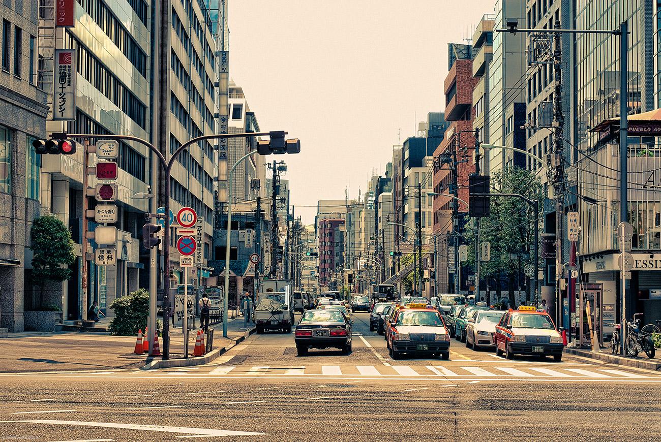 Вот так вот выглядит очень типичная токийская улица. Центр города. Мега-роботов сортирующих авто в пробках - не видать.