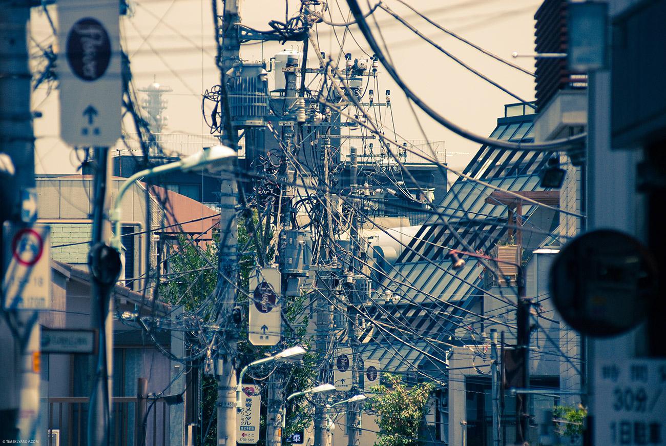 Японцы не заморачиваются с проводами. Так выглядит почти весь Токио.
