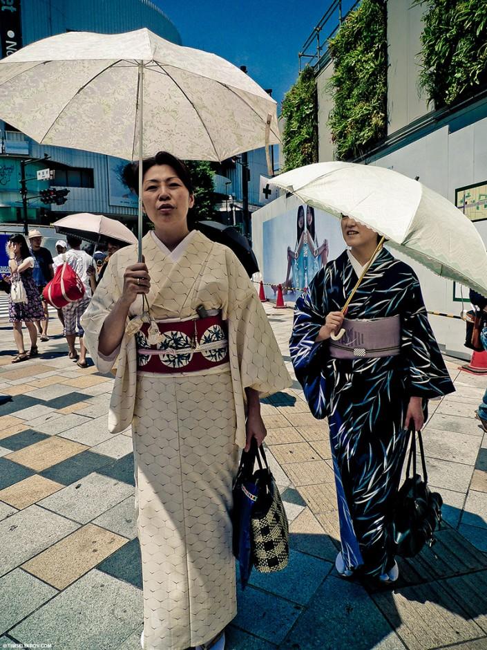 Не берусь судить насколько эти конкретные гейши настоящие, но выглядят аутентично.