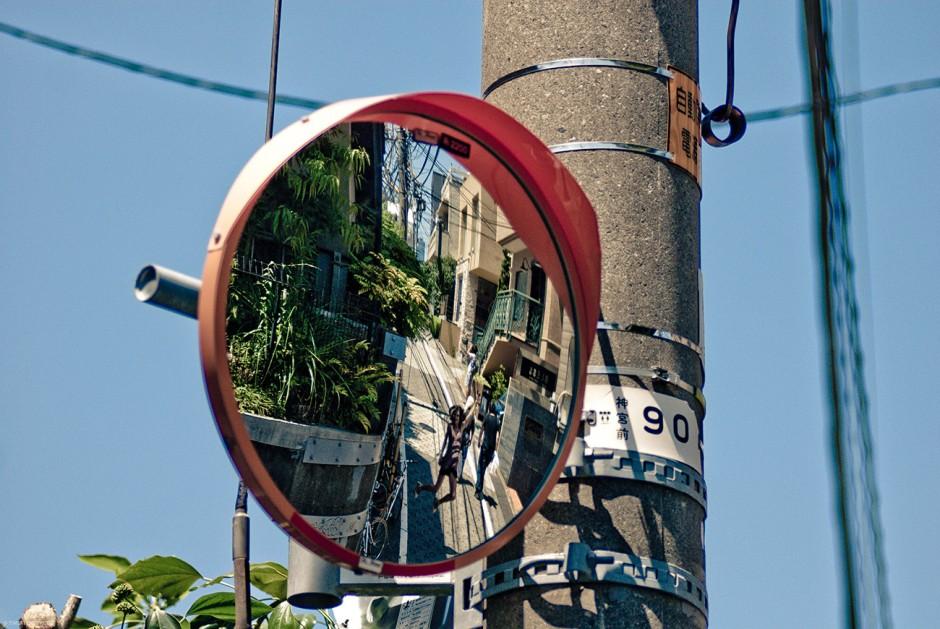 Места в Японии мало, улицы узкие. В целях безопасности дорожного движения такие зеркала ставят практически везде.