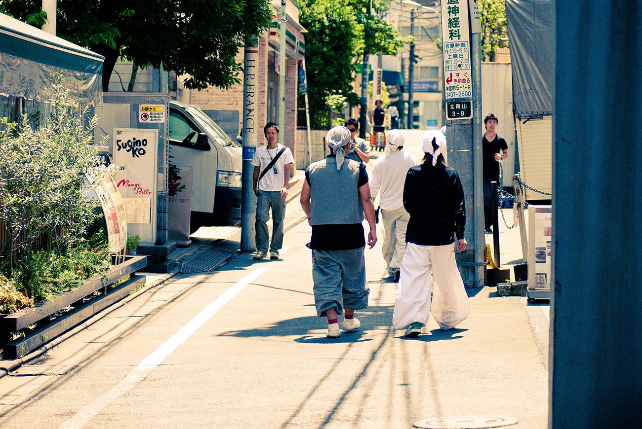 Традиционные штаны японских рабочих доставляют.