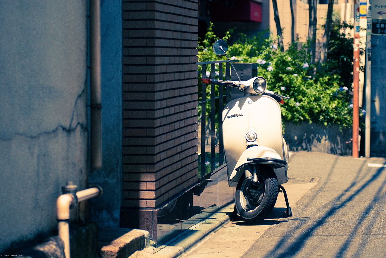 В Токио на самом деле очень мало велосипедистов и скутеристов. Еще один шаблон треснул.