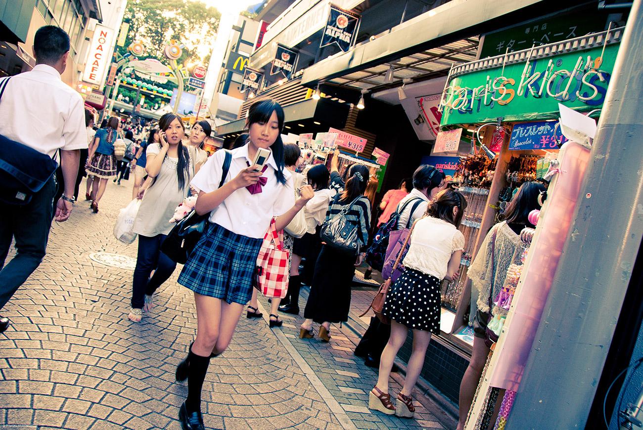 На самом деле юбки японских школьниц не такие, а вовсе даже ниже колен и мешкообразные.
