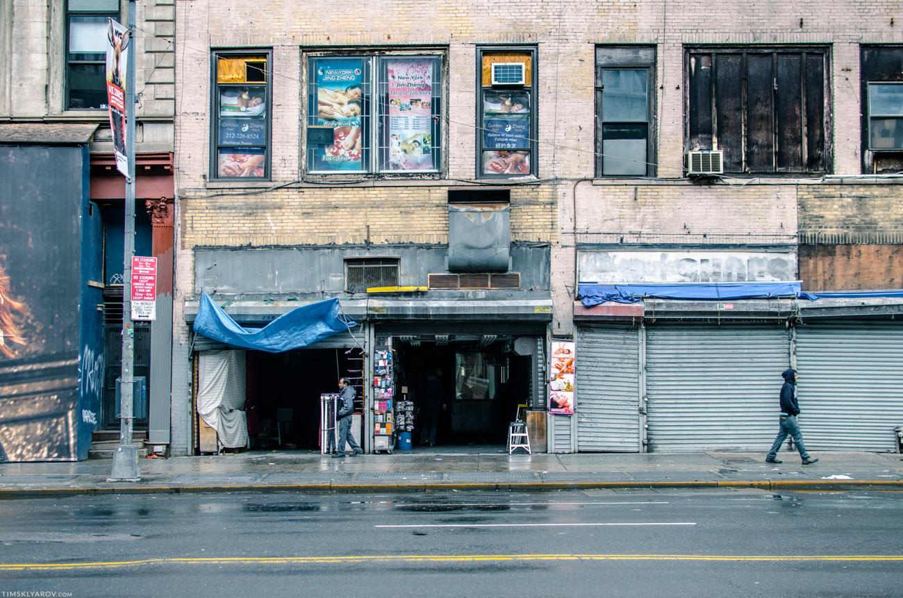 Обычно забитая торговцами Canal St в Чайна-Тауне непривычно пуста - пару магазинчиков с туристическим ширпотребом только открыла свои двери.