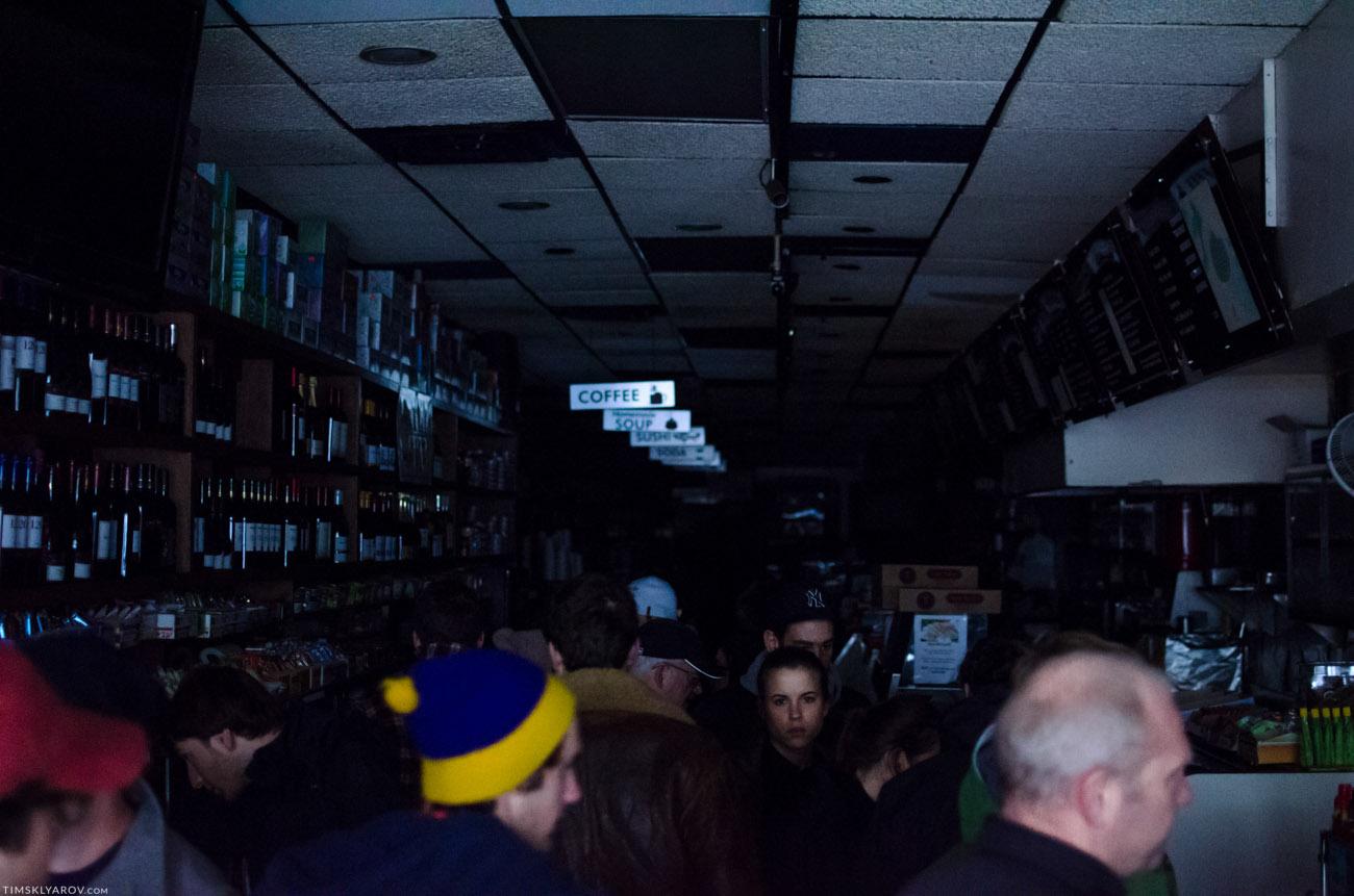 Электричества нет, все магазины и старбаксы закрыты. За двух-часовую прогулку видели только 2-3 магазинчика открытых. Люди ходят по магазину с фонариками. Впрочем все сюда пришли за кофе.