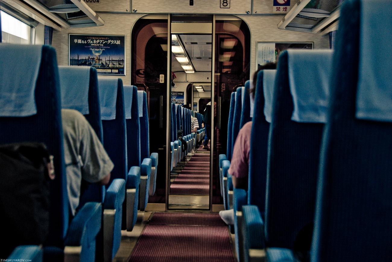 Я ждал от японских поездов нечто большего - безумных футуристических интерьеров и киборгов стюардесс. Реальность оказалась куда как прозаичнее.