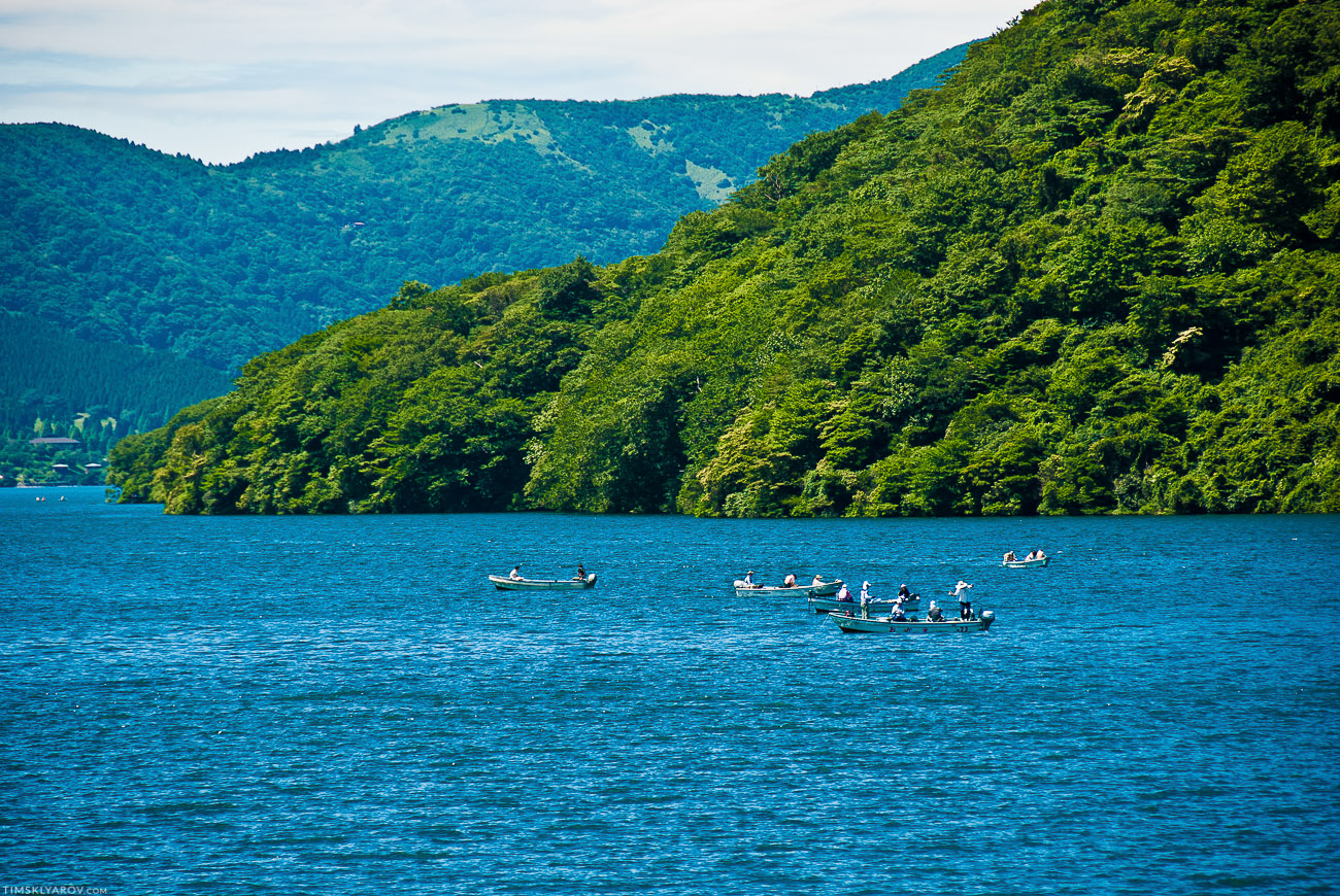 Толи рыбы в озере мало, толи рыбаков немного, толи квота маленькая - на все гигантское озеро всего 5 рыболовецких лодок.