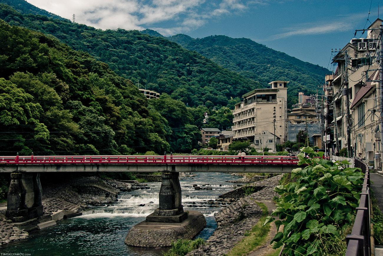 Когда-то очень давно, лет 15 назад я был в Сочи - вот он у меня в голове почему-то выглядит вот как этот Хаконе-Юмото. 3-5 этажные дома, не сильно высокие горы покрытые зеленью и речка. Так это, не? :)