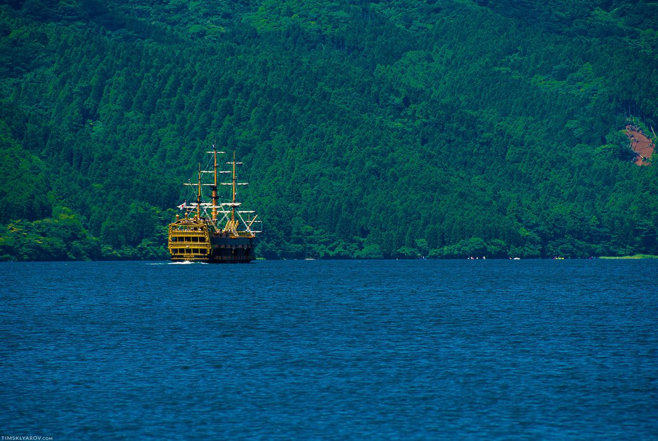 По озеру бегают корабли с туристами, стилизованные под старинный пиратский парусник. На деле это оказалось современным, железным симулякром на машинном ходу.
