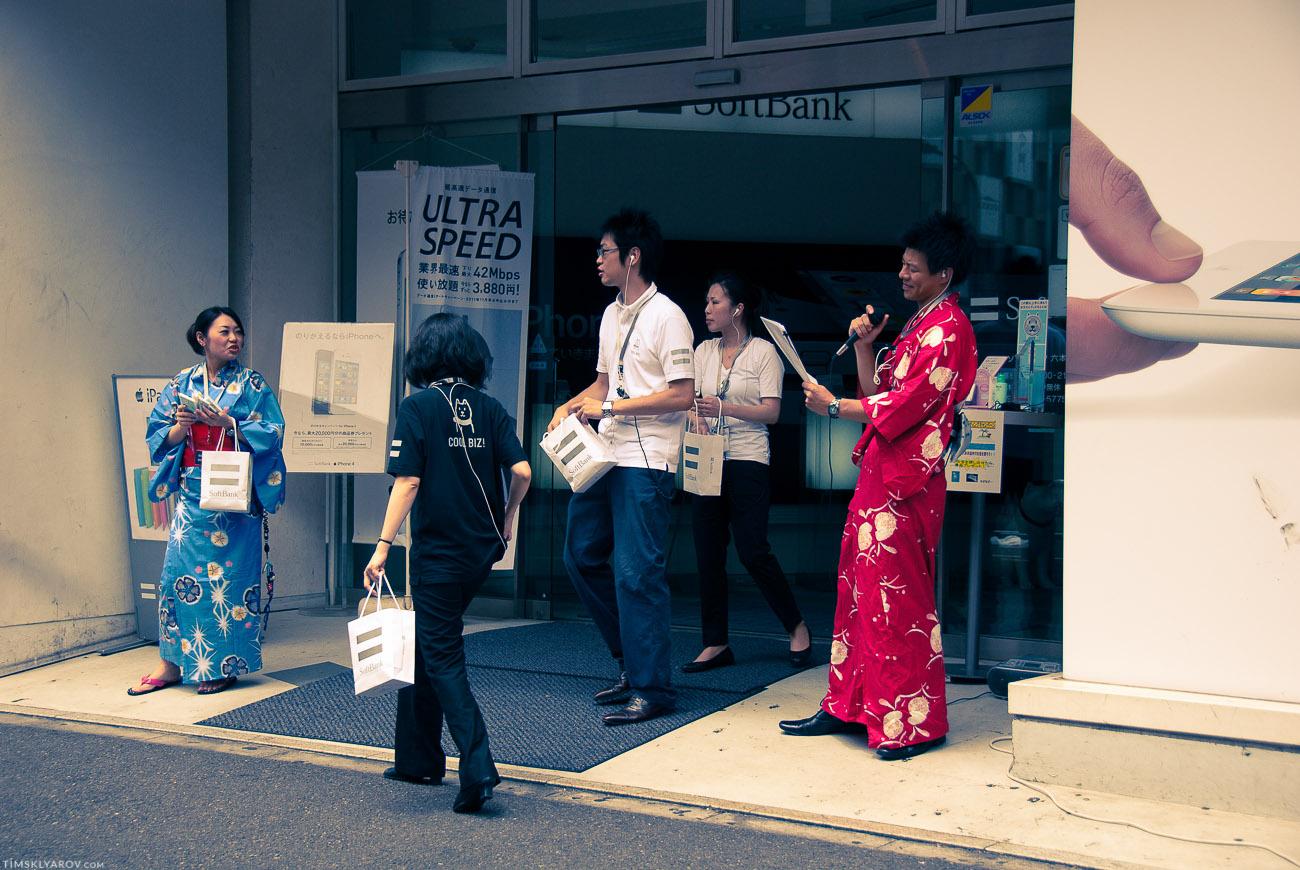 У большинства магазинов в Токио - стоят зазывалы.