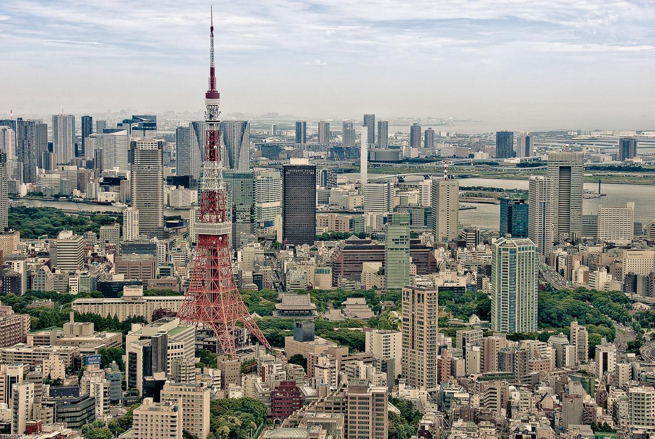 Да, Япония не Китай, но чем-то наверное менталитет похож. В Токие есть своя Эйфелева Башня, причем японская версия выше (если по шпилю измерять).