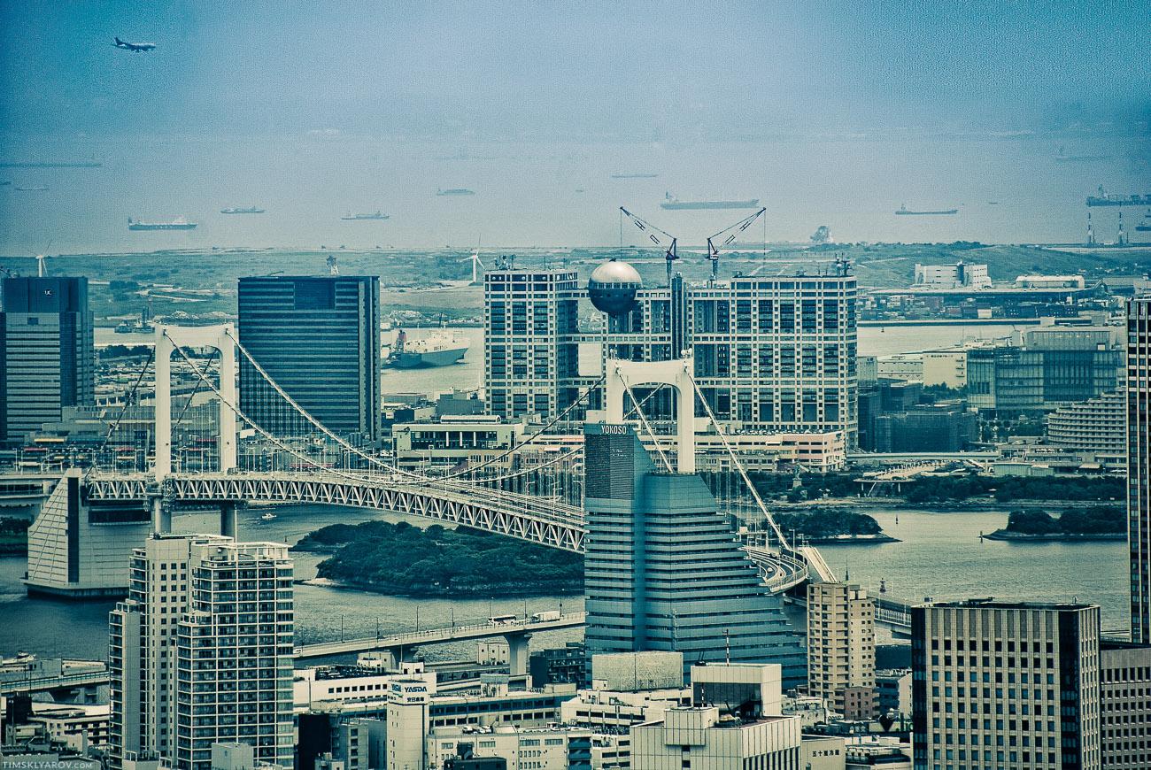 Вдалеке виден район Odaiba, что находится на одноименном искусственном острове. Дом с опухолью - это штаб-квартира Fuji TV Studio. Циклопических размеров сооружение.