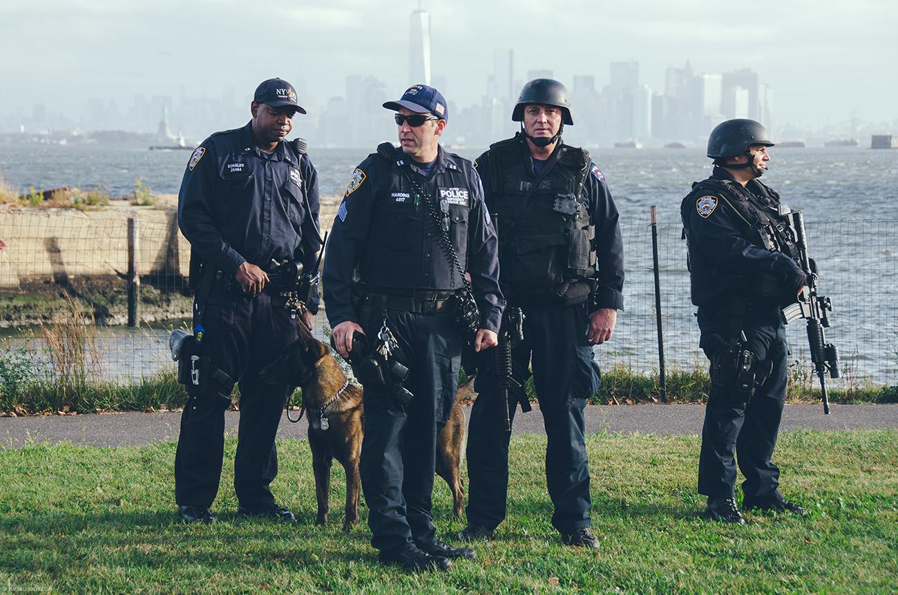 Вот такие примерно пацаны охраняли спокойствие бегунов. Снято за три недели до марафона на Staten Island Half-Marathon 2013. Фото © Алеся Склярова.