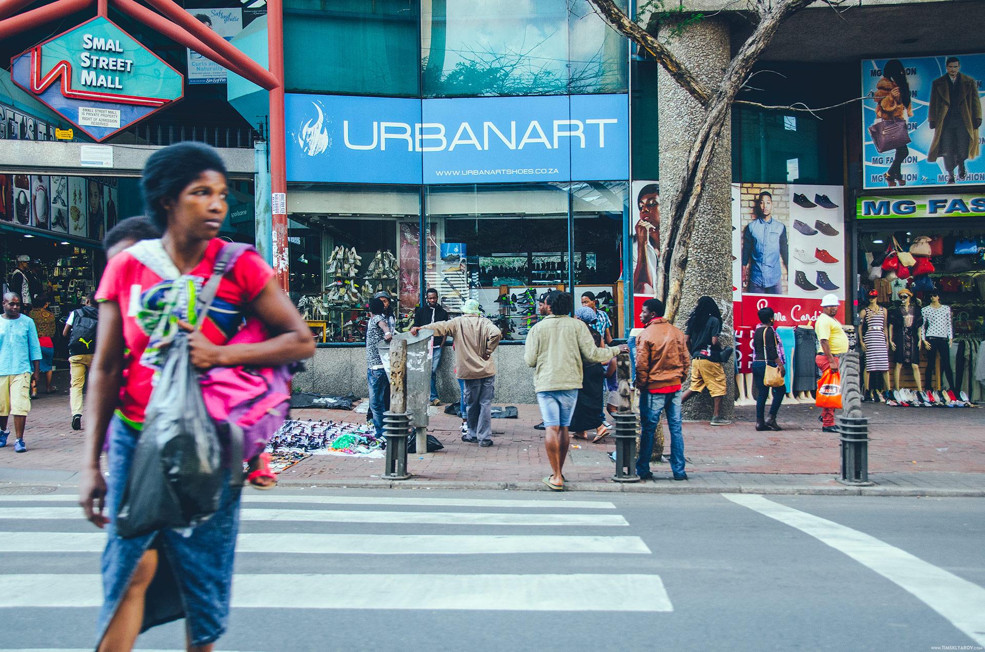 Даунтаун Йобурга не сильно отличается от некоторых районов Нью-Йорка. Если бы я не знал где сделан этот кадр, то я вполне мог бы подумать, что это Бруклинская улица Фултон. Или Бродвей в верхнем Манхеттене.