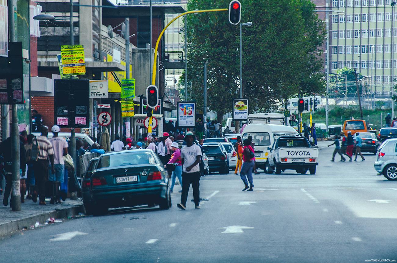 В ЮАР левостороннее движение. Каждый раз сидя в такси приходилось сдерживать порывы и желания схватиться за руль, чтобы избежать очередного выезда на встречку. Очень не привычно.