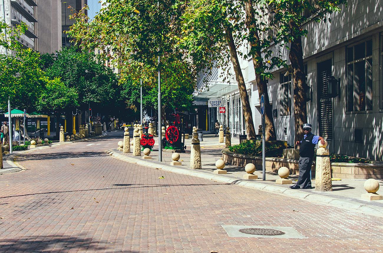 Несколько больших компаний вернулись в город, благоустроили район прилегающий к их офисам, поставили частную охрану. Вот справа на фотографии она, охрана.